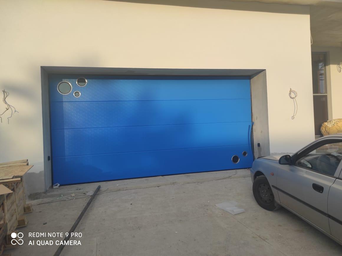 Ворота секционные синие